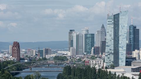 Frankfurter Skyline mit dem Neubau der Europäischen Zentralbank im Vordergrund