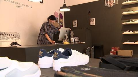 """Martin Schreiber in seinem Skate Shop """"Bonkers"""" in Frankfurt"""