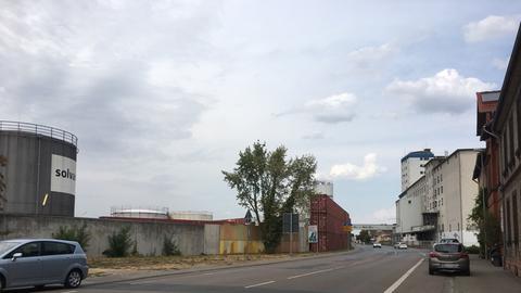 Die Häuser sind keine 30 Meter von Solvadis entfernt.