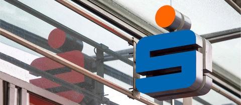 Das Foto zeigt ein in Volksbankfarben eingefärbtes Sparkassenlogo.