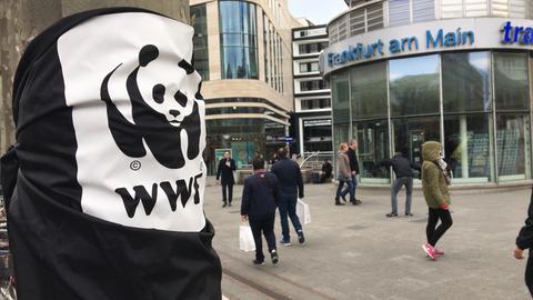 Standwerbung für WWF auf der Frankfurter Zeil
