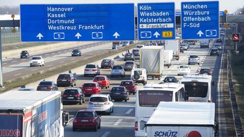 Autos und Lkw stauen sich auf einer Autobahn in Hessen