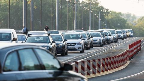 Dichter Autoverkehr auf der Frankfurter Friedensbrücke