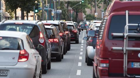 Autos stauen sich auf einer zweispurigen Straße in Frankfurt