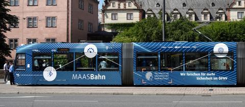 Die mit Kameras und Sensoren ausgestattete Straßenbahn vor dem Darmstädter Schloss