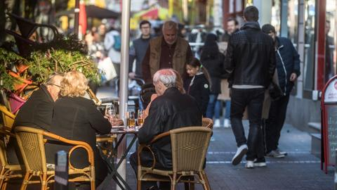 Straßencafé in Frankfurt, Gäste in dicken Jacken