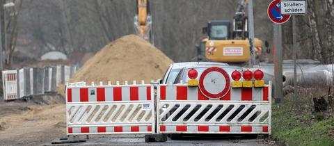 eine gesperrte Straße, an der Straßenarbeiten stattfinden