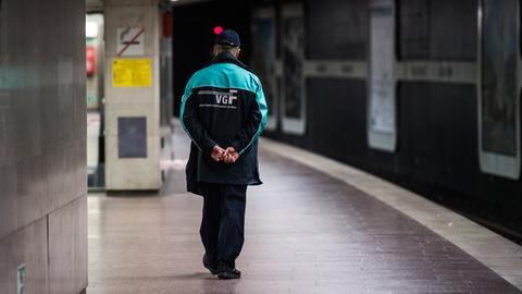 Ein VGF-Mitarbeiter geht über einen leeren U-Bahnsteig im Frankfurter Hauptbahnhof (Archivbild)