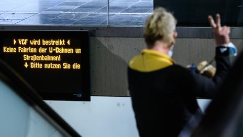 """Anzeigetafel zeigt an """"VGF wird bestreikt""""."""