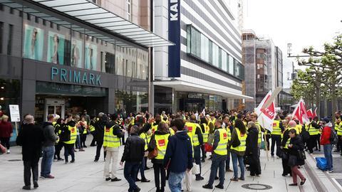 Warnstreik vor Primark in Frankfurt