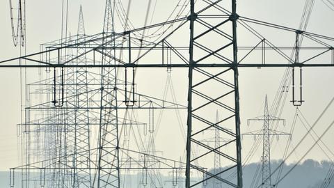 Überland-Stromleitungen in der Nähe von Hofgeismar (Landkreis Kassel)