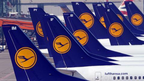 Lufthansa-Maschinen in Reihe geparkt.