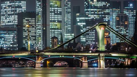 Flößerbrücke in Frankfurt - im Hintergrund die hell beleuchteten Bankentürme