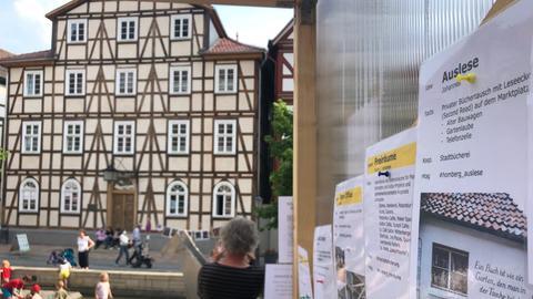 """Freiräume, Open Office, Büchertausch: In einem selbst gebauten Holz-Kubus zeigen die """"Pioneers"""" Ideen für Homberg Efze."""