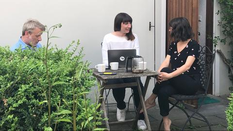 Sarah Ackermann sitzt vor dem Haus mit ihren beiden Mitbewohnern