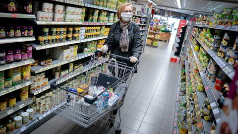 Auch in Supermärkten dürfen ab Montag wieder mehr Menschen gleichzeitig einkaufen.