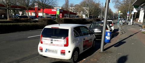 Autos eines Sushi-Lieferdiensts mit bulgarischen Kennzeichen