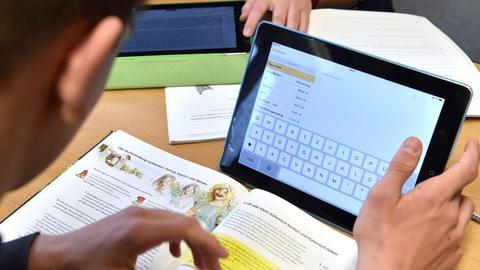Schüler mit Tablet im Unterricht