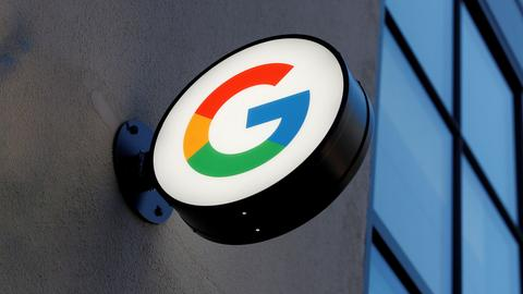 Das Leuchtreklameschild - ein farbiges G - eines Google-Stores an einer Fassade