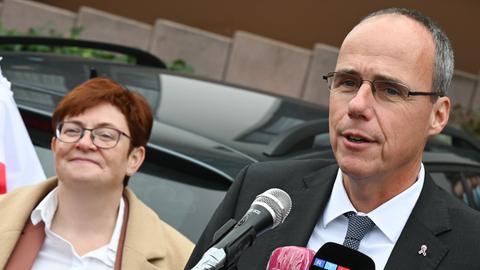 Verdi-Vizevorsitzende Christine Behle und Innenminister Peter Beuth (CDU) beim Beginn der zweiten Verhandlungsrunde am Donnerstag.