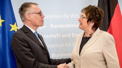 PSA-Chef Carlos Tavares und Bundeswirtschaftsministerin Brigitte Zypries schütteln sich die Hände