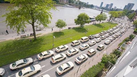 Korso mit hunderten Taxis am nördlichen Mainufer in Frankfurt