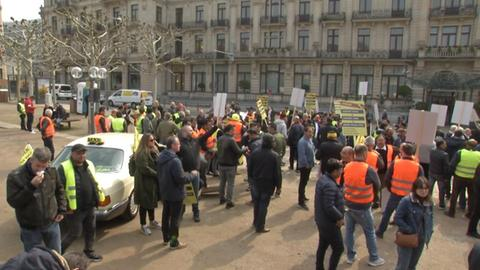 Protestierende Taxifahrer in Wiesbaden