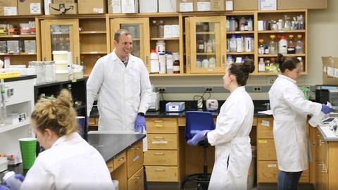 Merck-Preisträger Steve Techtmann in seinem Labor in Michigan