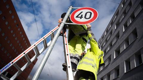 Arbeiter bringen Tempo-40-Schild an