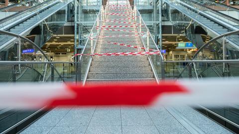 Die Treppe zu einem Gastrobereich in Terminal 2 des Flughafen Frankfurt ist mit Absperrband gesperrt.
