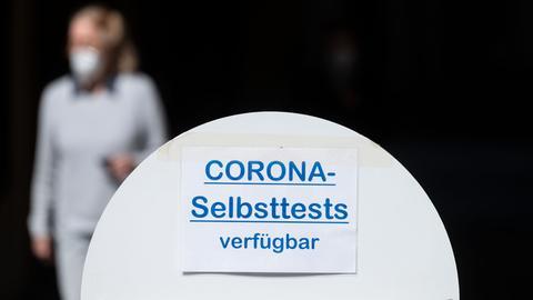 Schild mit Aufschrift: Corona Selbsttest verfühbar