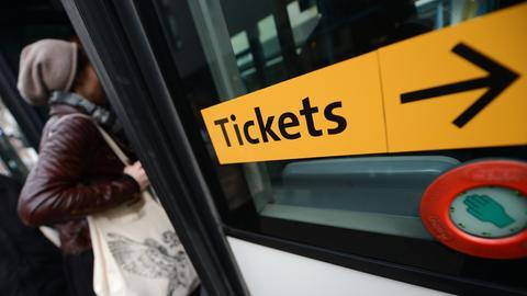 """Ein Bus mit der Aufschrift """"Tickets."""""""
