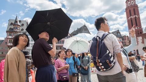 Eine koreanische Reisegruppe auf dem Frankfurter Römerberg