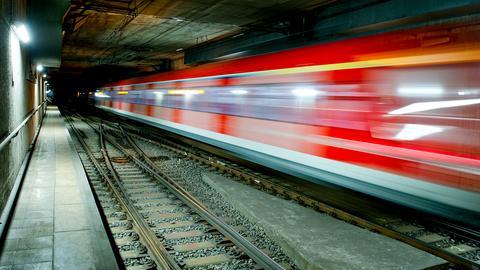 S-Bahn fährt durch Tunnel in Frankfurt