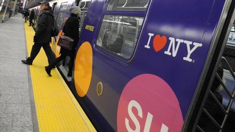 Fahrgäste steigen in eine U-Bahn in New York ein.