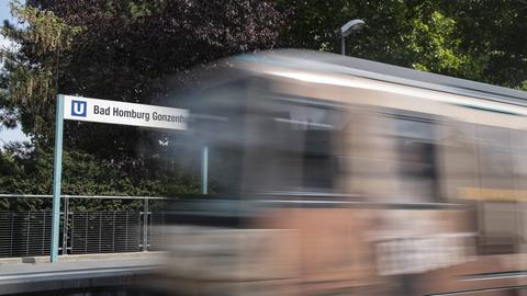 Ein Archivfoto vom 28.08.2018 zeigt eine ankommende, verschwommene U-Bahn, die den U-Bahnhof Bad Homburg-Gonzenheim, die derzeitige Endstation, erreicht.