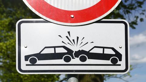 Verkehrsschild warnt vor Unfallgefahr