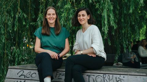 Links im grünen Shirt Lea Schücking und rechts ich Leya Bilgic