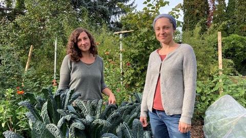 Die selbst ernannten Gemüseheldinnen Juliane Rinck (links) und Laura Setzer in ihrem Garten im Frankfurter Nordend
