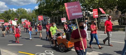 Vertreter der Veranstaltungsbranche laufen in einem Demonstrationszug durch Wiesbaden - mit Abstand und Masken.