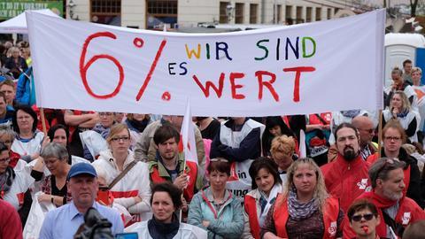 """Verdi-Demo mit Transparent: """"6% - Wir sind es wert"""""""