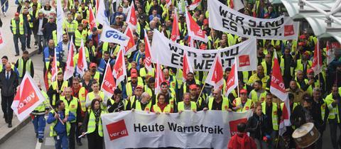 Streikende mit Transparenten vor dem Flughafen