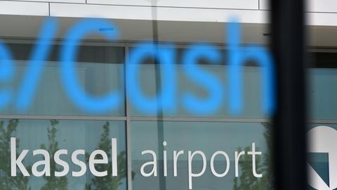 Cash steht auf einem Kassenhäuschen vor dem Gebäude des Flughafen Kassen-Calden