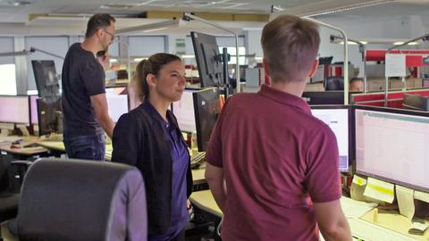 Einblick in die Verkehrsleitzentrale der Bahn in Frankfurt - Chefin Nina Hutwagner im Gespräch mit Kollegen