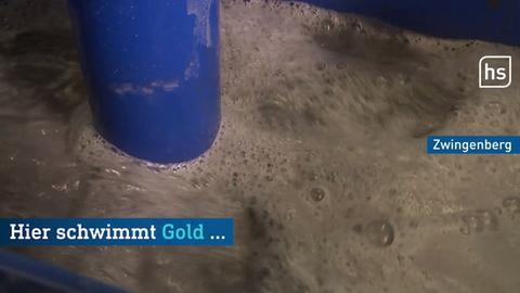 Große Maschine rührt in brauner Flüssigkeit, dazu Text: Hier schwimmt Gold