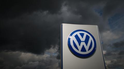 VW Logo vor dunklen Wolken