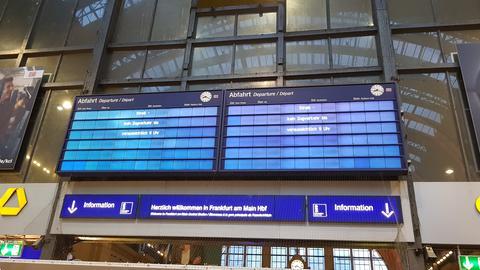"""Anzeigentafel am Bahnhof Frankfurt mit der Aufschrift """"Streik - kein Zugverkehr bis voraussichtlich 9 Uhr"""""""