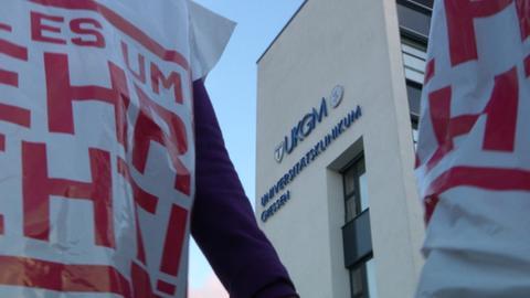 Zwei streikende Mitarbeiter vor dem Universtiätsklinikum Gießen