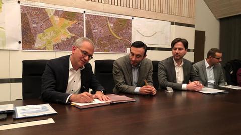 Al-Wazir und Josef unterschreiben die entschiedende Verienbarung zur überbauung der A661.