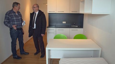DB-Personalleiter Bernhard Schad in einem Appartement der Deutschen Bahn